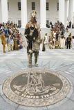 Αμερικανικός Ινδός μπροστά από το κράτος Capitol της Βιρτζίνια Στοκ Φωτογραφίες