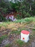 Αμερικανικός κάδος Ερυθρών Σταυρών κατά μήκος ενός κόκκινου κολπίσκου στην άκρη του δρόμου στο κλειδί μαραθωνίου μετά από τον τυφ στοκ εικόνα με δικαίωμα ελεύθερης χρήσης