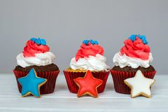 Αμερικανικός πατριωτικός cupcakes για το 4ο του Ιουλίου με τα αστέρια πιπεροριζών πεδίο βάθους ρηχό Στοκ Εικόνες