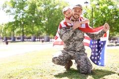 Αμερικανικός στρατιώτης με το γιο του υπαίθρια στοκ εικόνα με δικαίωμα ελεύθερης χρήσης