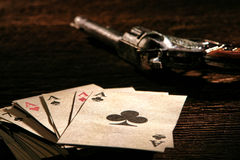 Αμερικανικός σωρός καρτών δυτικών πόκερ με τους άσσους και το πυροβόλο όπλο στοκ εικόνες
