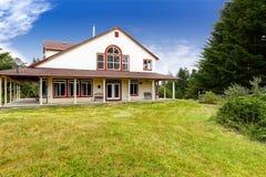 Αμερικανικό αγροτικό σπίτι εξωτερικό με την κόκκινη περιποίηση στοκ εικόνα