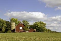 Αμερικανικό αγρόκτημα με το ηλικίας σιλό Στοκ Φωτογραφία