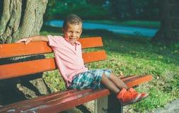 Αμερικανικό αγόρι Afro στην παιδική χαρά στο πάρκο στοκ εικόνες