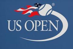 Αμερικανικό ανοικτό λογότυπο στο εθνικό κέντρο αντισφαίρισης βασιλιάδων της Billie Jean στη Νέα Υόρκη Στοκ Εικόνες