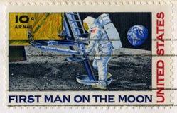 Αμερικανικό γραμματόσημο που γιορτάζει το πρώτο άτομο στο φεγγάρι Στοκ Εικόνες