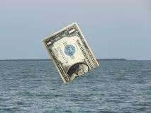 Αμερικανικό δολάριο που βυθίζει στη θάλασσα των παγκόσμιων αγορών στοκ φωτογραφία με δικαίωμα ελεύθερης χρήσης