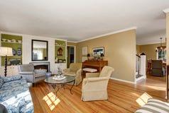 Αμερικανικό εσωτερικό καθιστικών με το κλασικό σύνολο καναπέδων και το πάτωμα σκληρού ξύλου Στοκ Εικόνες