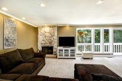 Αμερικανικό εσωτερικό οικογενειακών δωματίων με το καφετί σύνολο καναπέδων βελούδου Στοκ εικόνα με δικαίωμα ελεύθερης χρήσης