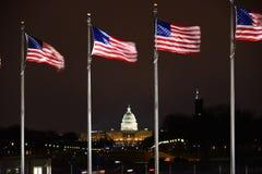 Αμερικανικό κύριο κτήριο με το πέταγμα αμερικανικών σημαιών Στοκ Εικόνα
