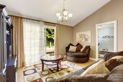 Αμερικανικό οικογενειακό δωμάτιο με το καφετί σύνολο καναπέδων και το θολωτό ανώτατο όριο Στοκ Εικόνες