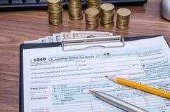 Αμερικανικό ομοσπονδιακό εισόδημα 1040 φορολογική έντυπο φορολογικής δήλωσης με τα χρήματα Στοκ φωτογραφίες με δικαίωμα ελεύθερης χρήσης