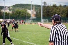 Αμερικανικό ποδόσφαιρο referre στη δράση Στοκ φωτογραφία με δικαίωμα ελεύθερης χρήσης