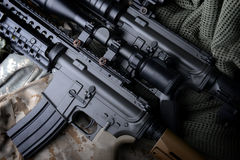 Αμερικανικό πολυβόλο στο υπόβαθρο στρατού στοκ φωτογραφίες
