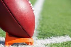 Αμερικανικό ποδόσφαιρο που τοποθετείται στο σημείο αφετηρίας επάνω για το kickoff στοκ εικόνες με δικαίωμα ελεύθερης χρήσης