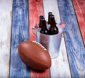 Αμερικανικό ποδόσφαιρο και πάγος - κρύα μπύρα στους αγροτικούς ξύλινους πίνακες Στοκ Εικόνες