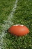Αμερικανικό ποδόσφαιρο στη φυσική τύρφη χλόης Στοκ φωτογραφία με δικαίωμα ελεύθερης χρήσης