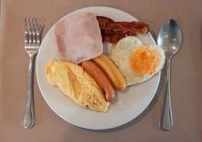 Αμερικανικό πρόγευμα με το ζαμπόν, λουκάνικα, ομελέτα, τηγανισμένη καρδιά αυγών Στοκ φωτογραφίες με δικαίωμα ελεύθερης χρήσης
