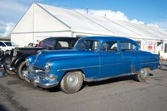 Αμερικανικό πρότυπο έτος Chrysler Windsor 1954 φυσικού μεγέθους στην έκθεση των εκλεκτής ποιότητας αυτοκινήτων Στοκ Εικόνα