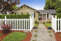 Αμερικανικό σπίτι εξωτερικό με τον άσπρο ξύλινο φράκτη Στοκ Φωτογραφία