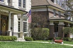 Αμερικανικό σπίτι με μας σημαία Στοκ Φωτογραφίες