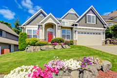Αμερικανικό σπίτι με το όμορφο τοπίο και τα ζωηρά λουλούδια Στοκ φωτογραφία με δικαίωμα ελεύθερης χρήσης