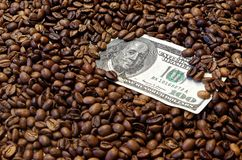 αμερικανικό τραπεζογραμμάτιο δολαρίων 100 στα ψημένα φασόλια καφέ στοκ φωτογραφία με δικαίωμα ελεύθερης χρήσης