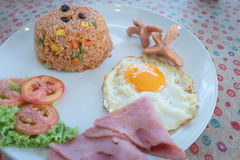 Αμερικανικό ύφος προγευμάτων Αμερικανικό τηγανισμένο ρύζι με το αυγό Στοκ εικόνα με δικαίωμα ελεύθερης χρήσης