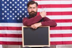 Αμερικανικό ύφος Αμερικανικό υπόβαθρο αμερικανικών σημαιών στιλίστων ή κομμωτών τρίχας κουρέων Γενειάδα και mustache λαβή ατόμων στοκ εικόνες