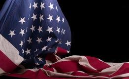 Αμερικανός σημαιοστόλισε ντυμένο πέρα από το με ένα μαύρο υπόβαθρο στοκ εικόνα