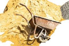 Αμμοχάλικο, άμμος, κάρρο, πέτρα και φτυάρι στη δημιουργική σύσταση στοκ εικόνα