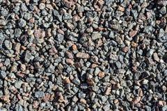 Αμμοχάλικο γρανίτη Καφετιοί και γκρίζοι συντριμμένοι βράχοι για την κατασκευή στο έδαφος Υπόβαθρο σκυροστρώματος αμμοχάλικου οδικ στοκ φωτογραφίες με δικαίωμα ελεύθερης χρήσης