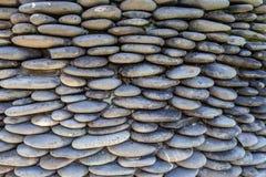 Αμμοχάλικο χαλικιών ποταμών γύρω από τον τοίχο πετρών στοκ εικόνες