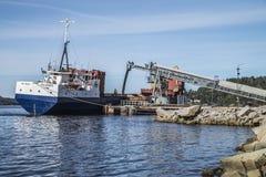 Αμμοχάλικο φορτίων των MV Falknes στο λιμάνι Bakke Στοκ Φωτογραφίες