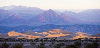 Αμμόλοφοι άμμου φρεατίων Stovepipe, εθνικό πάρκο κοιλάδων θανάτου, Californ στοκ φωτογραφία με δικαίωμα ελεύθερης χρήσης