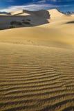 αμμόλοφοι θανάτου κοντά στα φρεάτια κοιλάδων άμμου stovepipe στοκ εικόνες