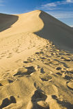 αμμόλοφοι θανάτου κοντά στα φρεάτια κοιλάδων άμμου stovepipe στοκ φωτογραφία με δικαίωμα ελεύθερης χρήσης