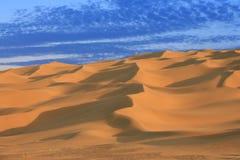 Αμμόλοφοι άμμου της ερήμου σε Xinjiang, στην μπλε ώρα Στοκ Φωτογραφία