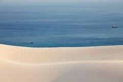 Αμμόλοφοι και θάλασσα ερήμων άμμου Στοκ εικόνες με δικαίωμα ελεύθερης χρήσης