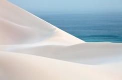 Αμμόλοφοι και θάλασσα ερήμων άμμου Στοκ φωτογραφία με δικαίωμα ελεύθερης χρήσης