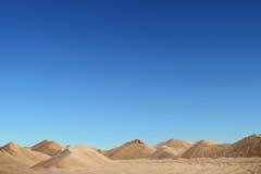 Αμμόλοφος άμμου με ένα μπλε υπόβαθρο φύσης Στοκ εικόνες με δικαίωμα ελεύθερης χρήσης