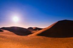 Αμμόλοφος ερήμων και άμμου πριν από το ηλιοβασίλεμα Στοκ Εικόνα