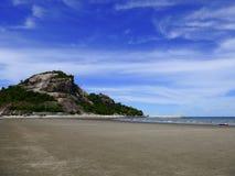 Αμμώδεις παραλίες με τα δύσκολα βουνά και το υπόβαθρο μπλε ουρανού Στοκ φωτογραφίες με δικαίωμα ελεύθερης χρήσης