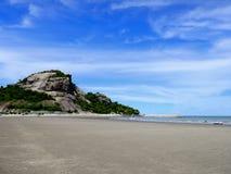 Αμμώδεις παραλίες με τα δύσκολα βουνά και το υπόβαθρο μπλε ουρανού Στοκ εικόνα με δικαίωμα ελεύθερης χρήσης
