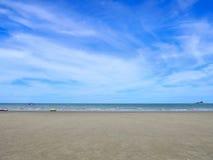 Αμμώδεις παραλίες με το υπόβαθρο θάλασσας και μπλε ουρανού Στοκ Φωτογραφίες