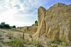 Αμμώδες λατομείο, αμμόλοφοι άμμου, που δημιουργήθηκαν από το άτομο, αλλά μετασχηματίστηκαν από τη φύση και τον αέρα στοκ εικόνες