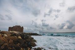 Αμμώδης ακτή παραλιών στο τοπίο Μεσογείων στη Κύπρο ι Στοκ Φωτογραφία