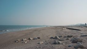 Αμμώδης ακτή της θάλασσας το καλοκαίρι απόθεμα βίντεο