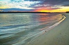 Αμμώδης ακτή του μεγάλου ποταμού στο ηλιοβασίλεμα Στοκ φωτογραφίες με δικαίωμα ελεύθερης χρήσης