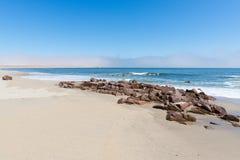 Αμμώδης γραμμή παραλιών και ακτών στον Ατλαντικό Ωκεανό στο σταυρό ακρωτηρίων, Ναμίμπια, διάσημη για την κοντινή αποικία σφραγίδω Στοκ Φωτογραφίες
